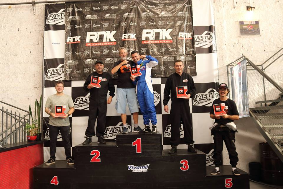 Chico Johnscher e o vencedor Juliano Cunha, ladeados no pódio por Roberto Marlangeon (P2), Marco Mega (P3), Bruno Ferrari (P4) e Fábio Mathoso (P5).