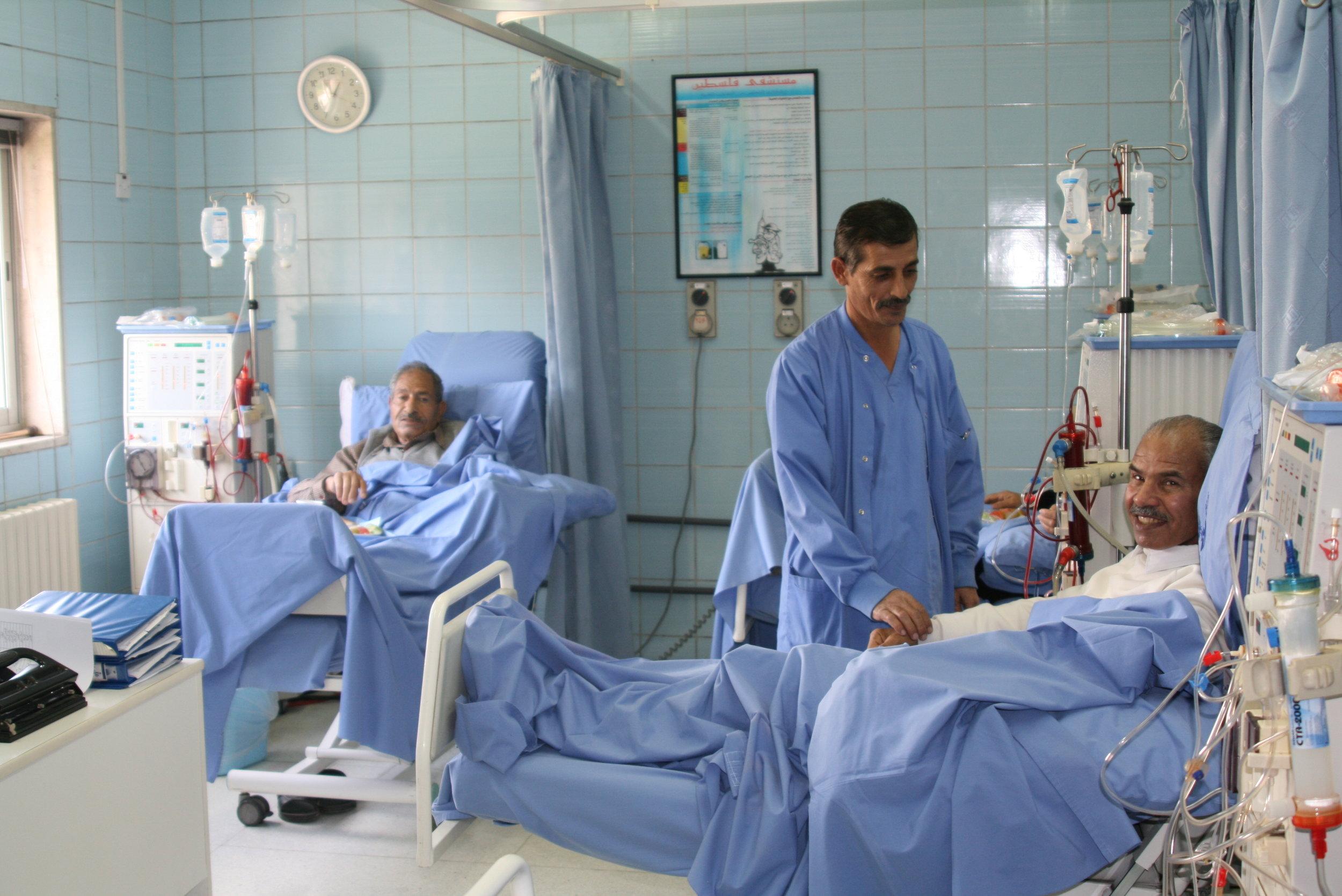 مرضى يبتسموا مع ممرض في قسم غسيل الكلى في مستشفى فلسطين في عمان الأردن