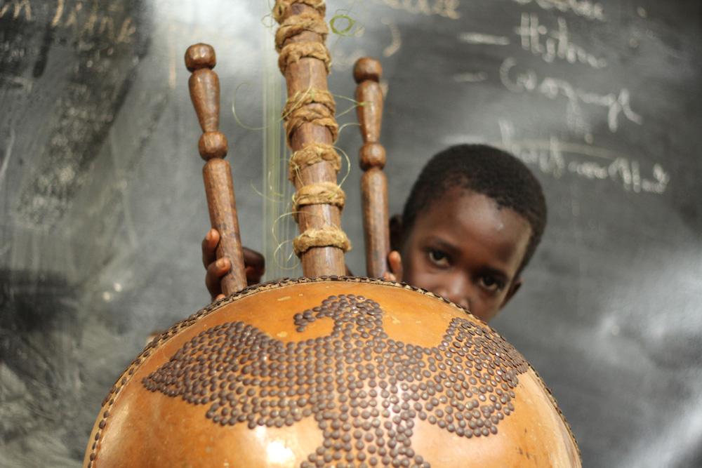 student in Djamady Kouyaté's kora class