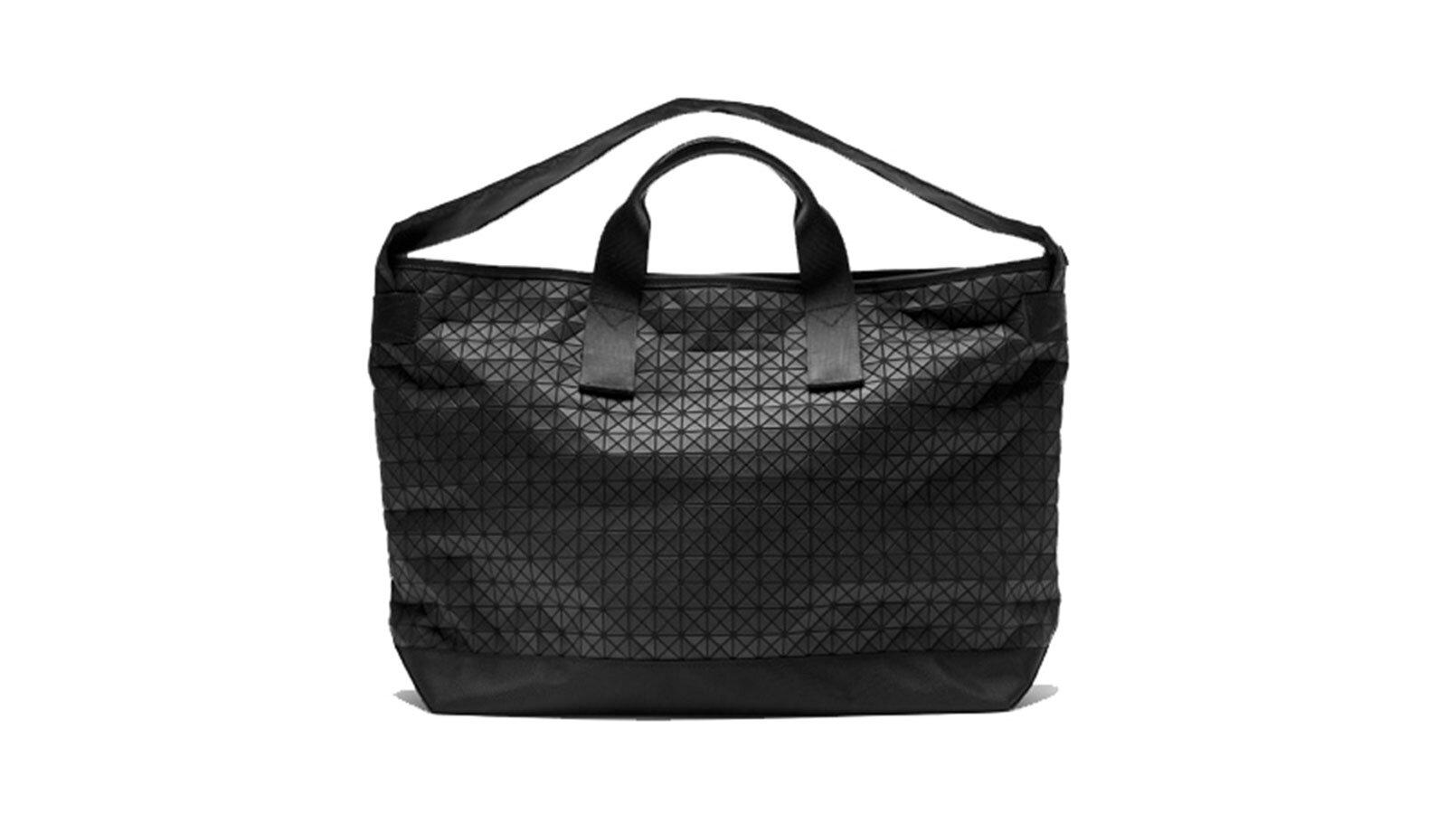 设计 - 包装 - 假日礼物 - 指南 -  issey-miyake-wapender-bag.jpg