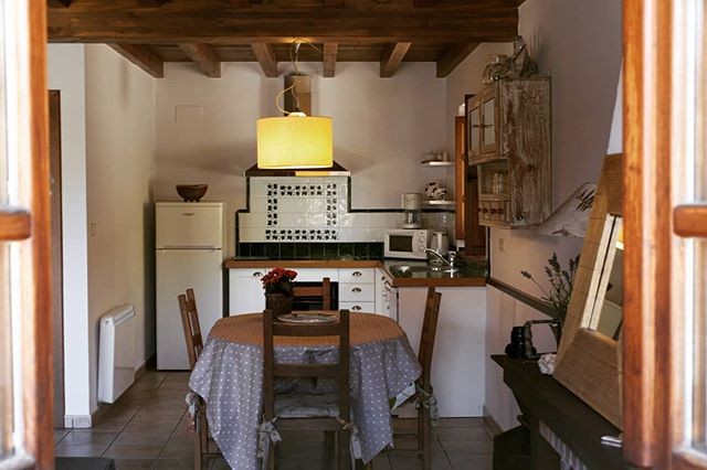 ES: Cocina de una de nuestras acogedoras casas, fresquita y con aire puro de la verde Asturias 🏞  EN: Kitchen of one of our cozy houses, cooled by the fresh air of the green landscapes of Asturias 🏞  #casarural #casasrurales #casasconencanto #asturias #lugaresconencanto #beutifuldestinations #rental #spain #holidays #vacation #cozyhome #vacaciones