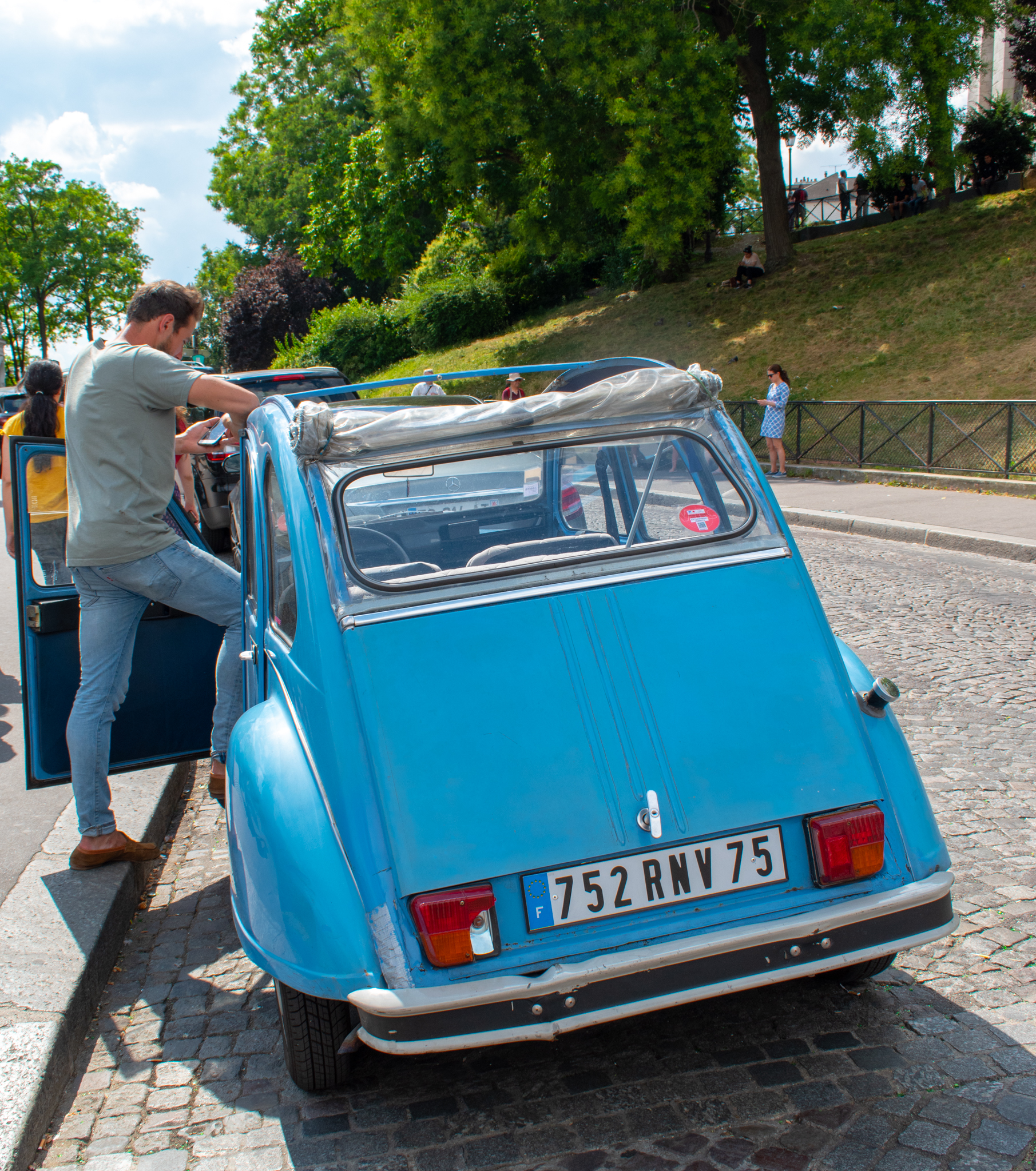 uprooted-traveler-paris-taxi-france-vegan-guide-montmartre.jpg