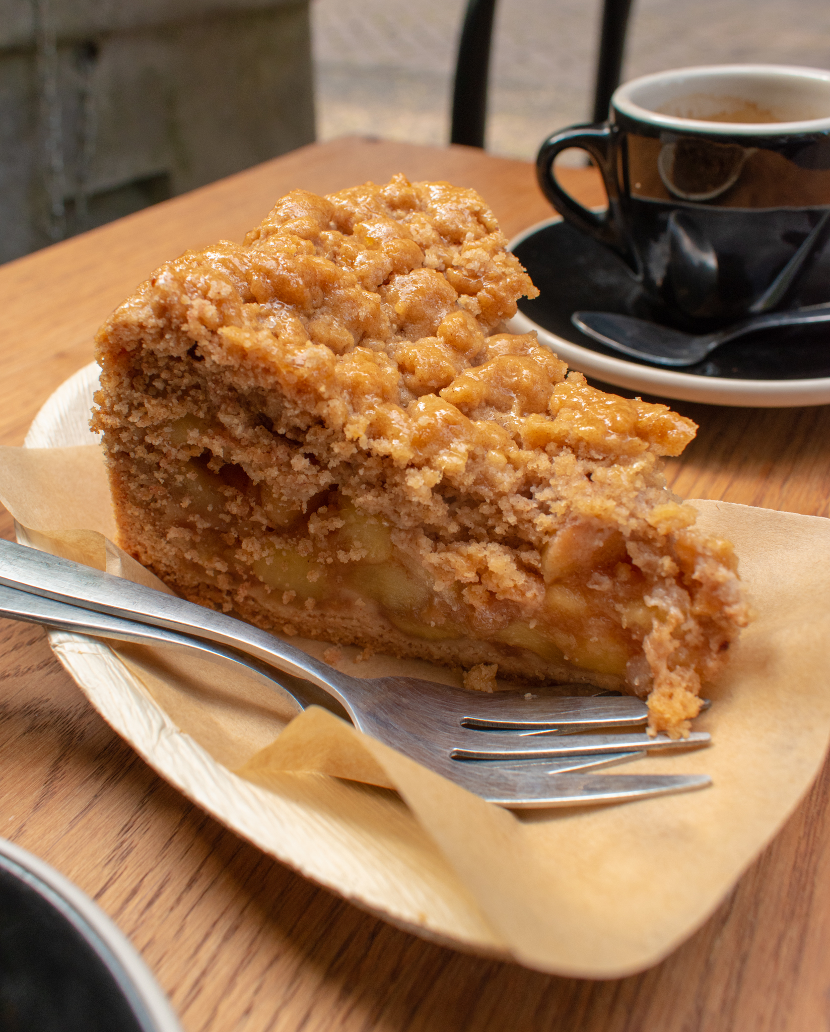 Uprooted-Traveler-Amsterdam-dutch-apple-pie-vegan-guide-breakfast-market-netherlands.jpg