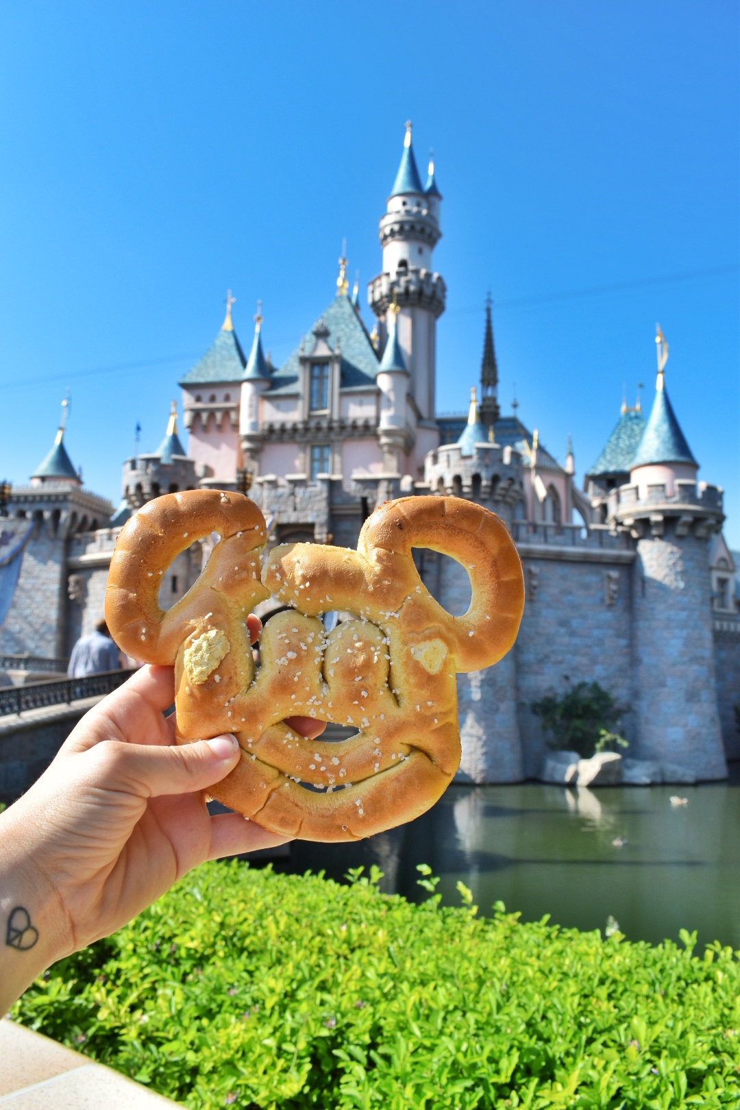 uprooted-traveler-how-to-have-fun-by-yourself-solo-alone-mickey-pretzel.jpeg