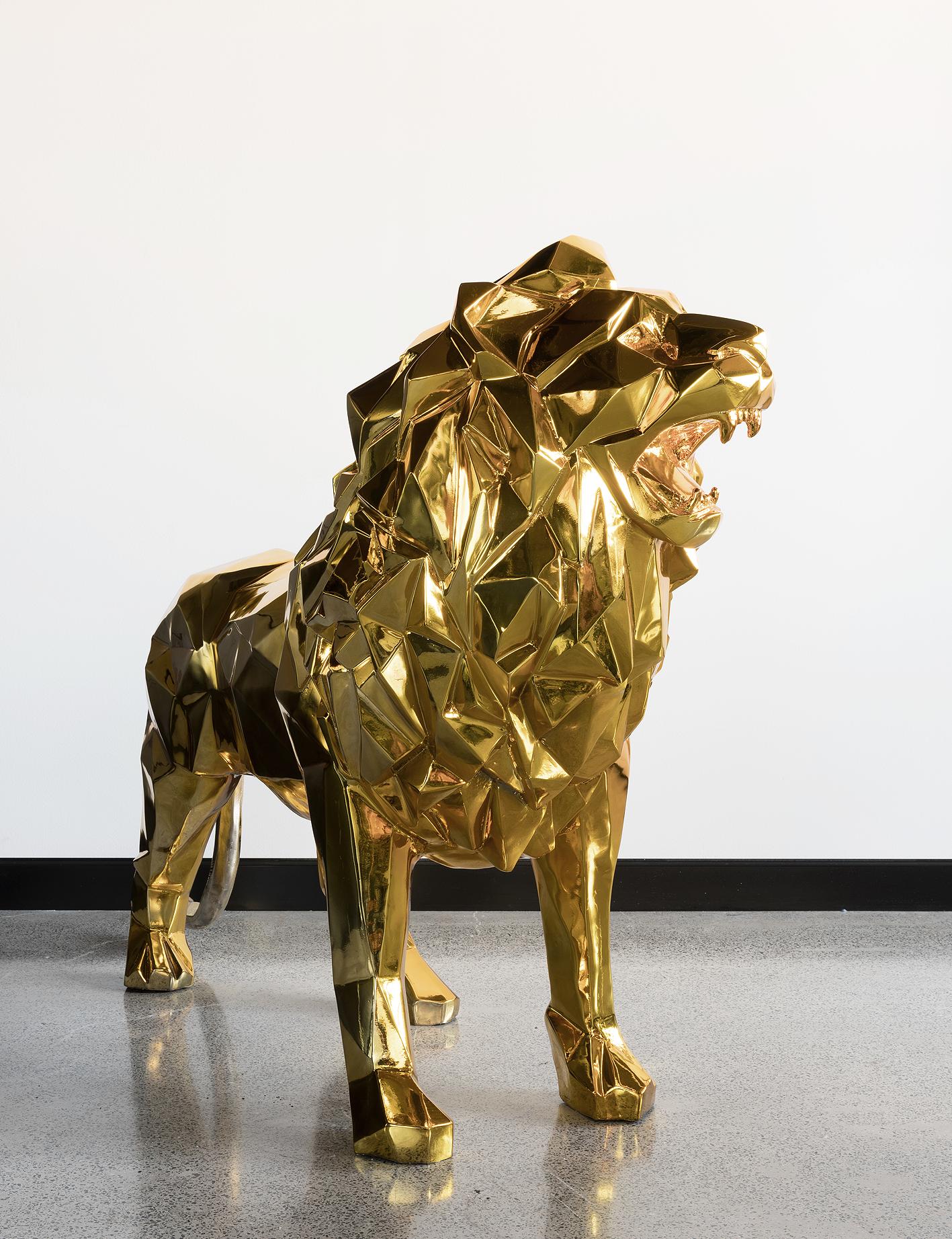 Gold fearless lion – Sculpture