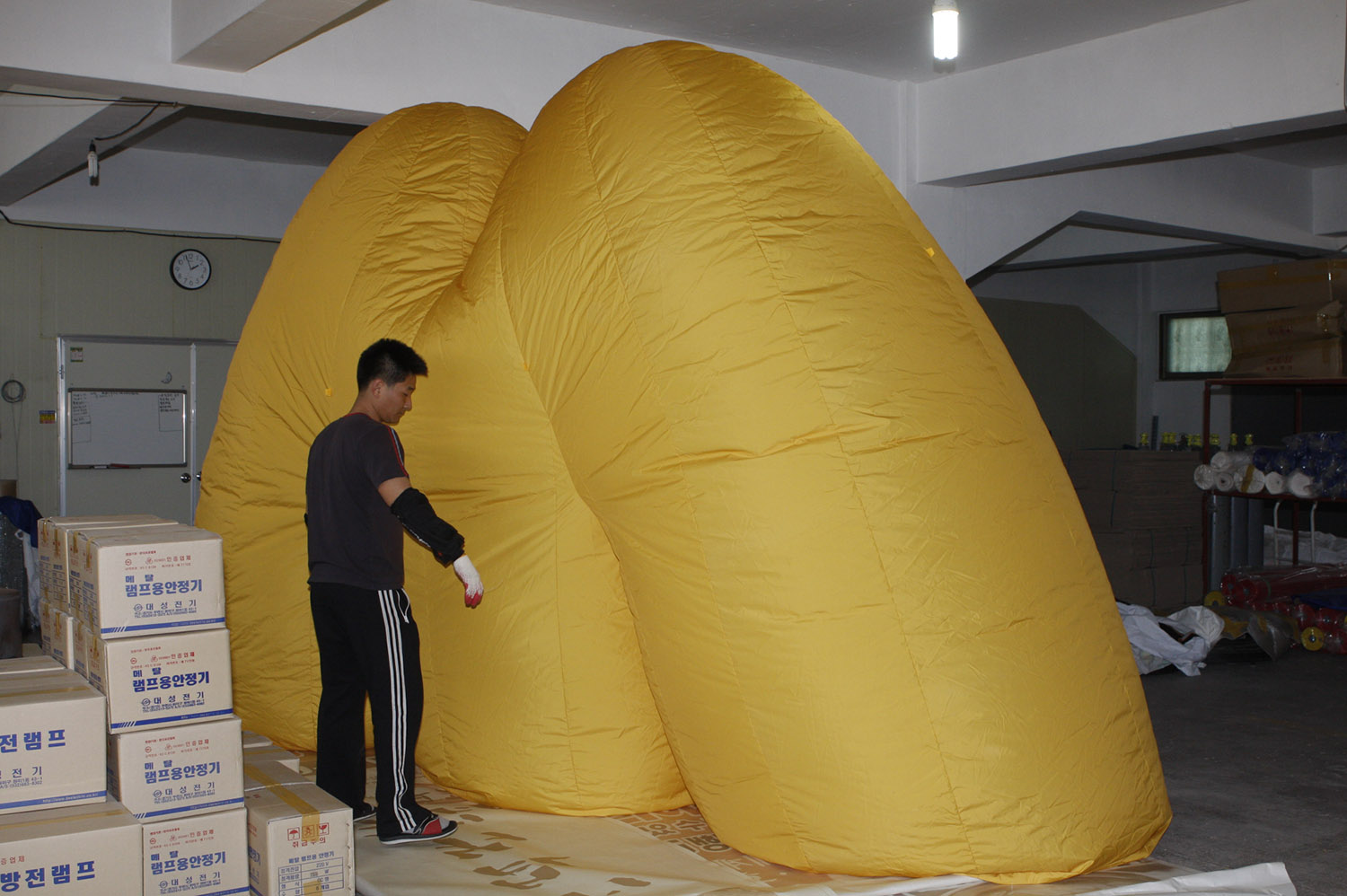 giant-bowl-inflatable-sculpture-05.jpg