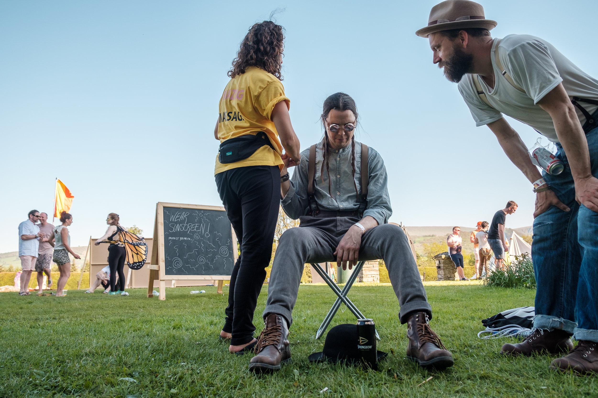 Festival-massage. Mårten granskar varje rörelse.