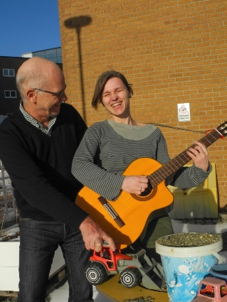 A joyful picture of MICO´s Tromsø–based music therapist Marte Lie Noer and medical doctor Trond Flægstad after receiving a research grant from the Norwegian Barnkreftforeingen for the project. (Picture ©Elisabeth Øvreberg / The Artic University of Norway)