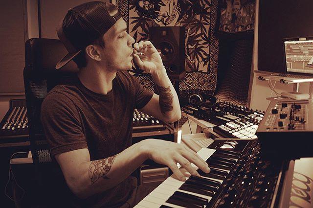 beats mode.  #moog #analogsynth #sh01a #maschinemk2 #pinkkush #bakedaf #therimbaudprotocol