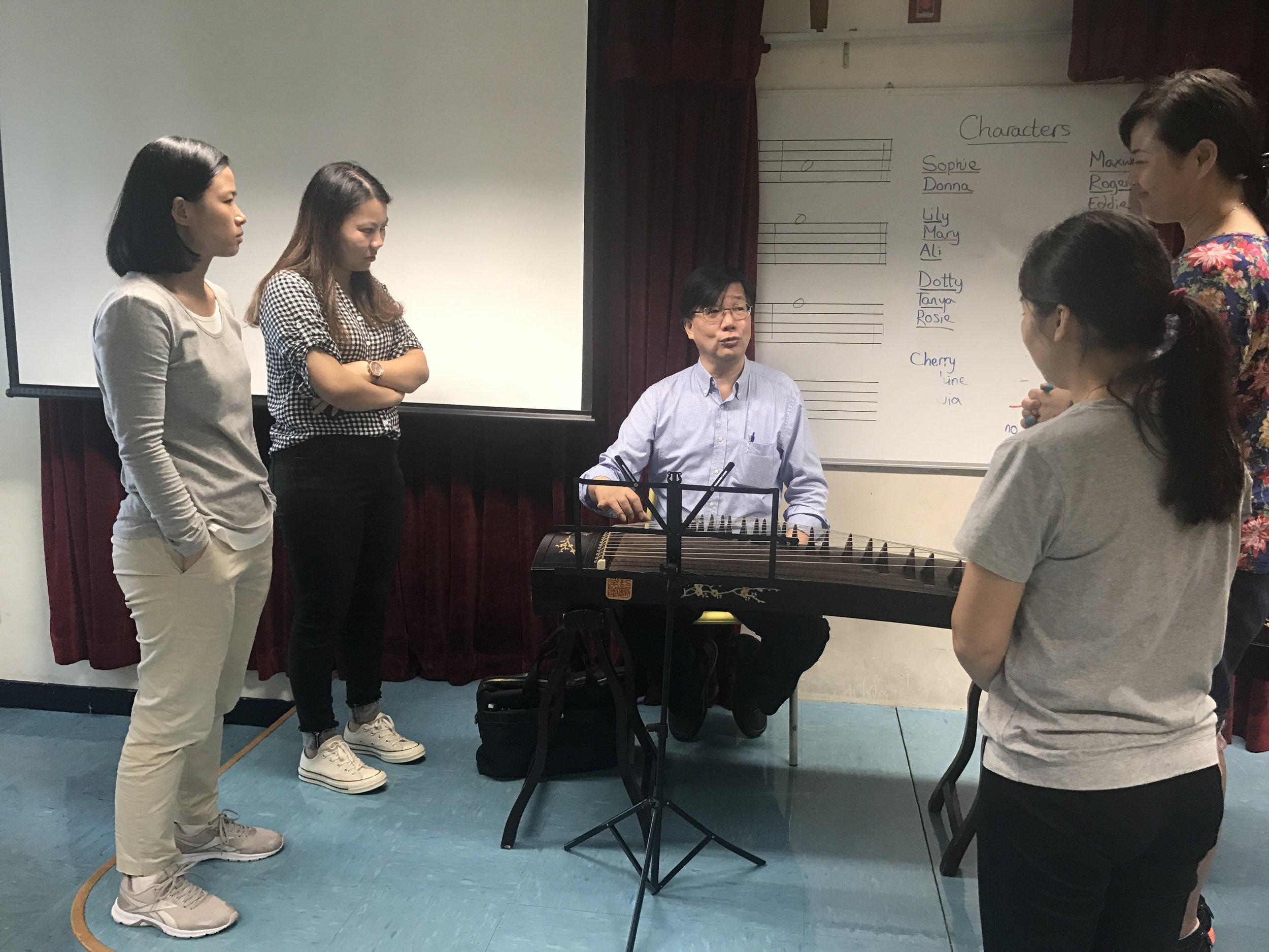 家長古箏班由資深古箏演奏家吳炳坤先生親自教授,並提供古箏讓家長學習及於學校進行練習