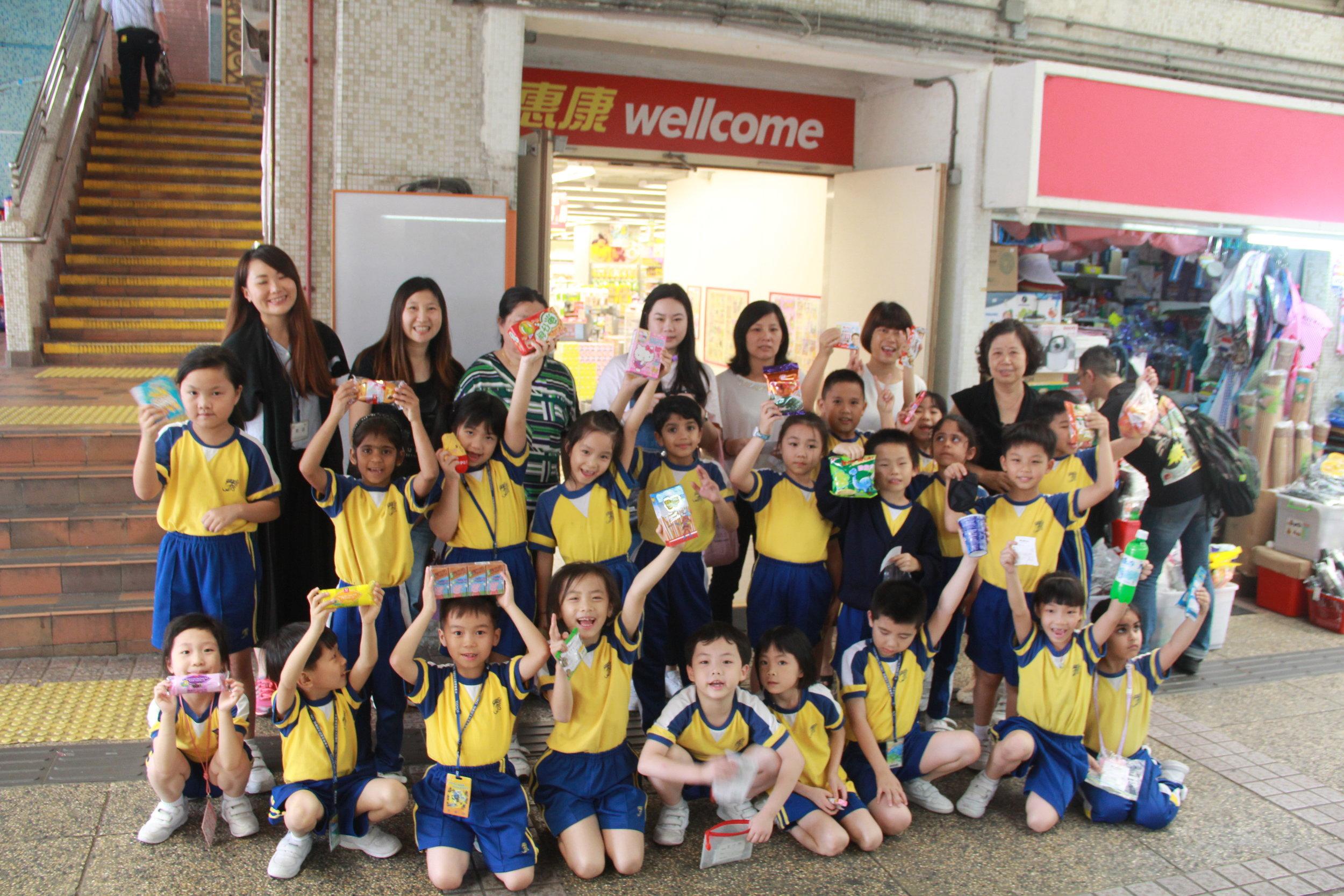 全班同學與完成購物後,與老師及家長義工的大合照。