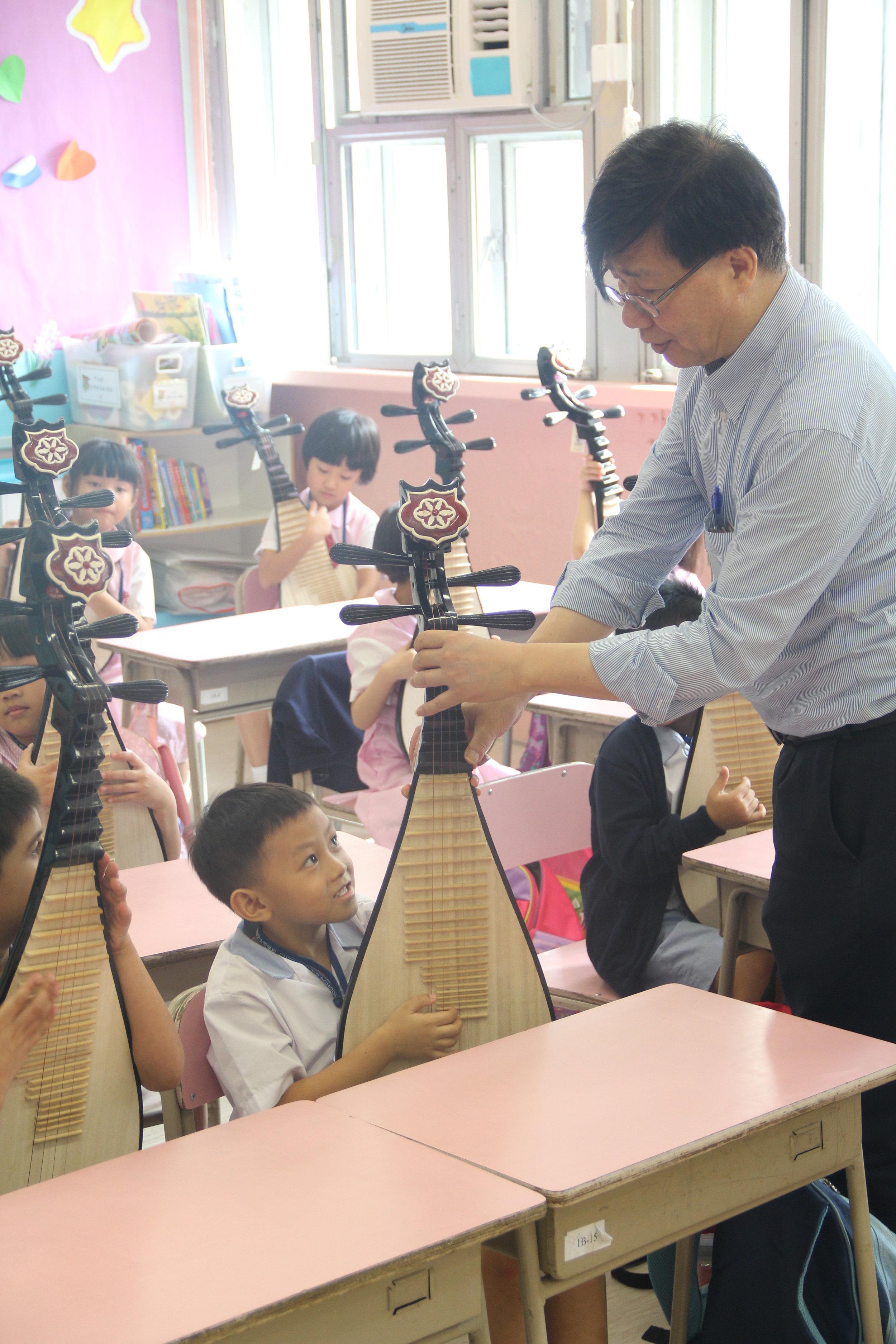 吳炳坤大師糾正同學拿琵琶的姿勢!