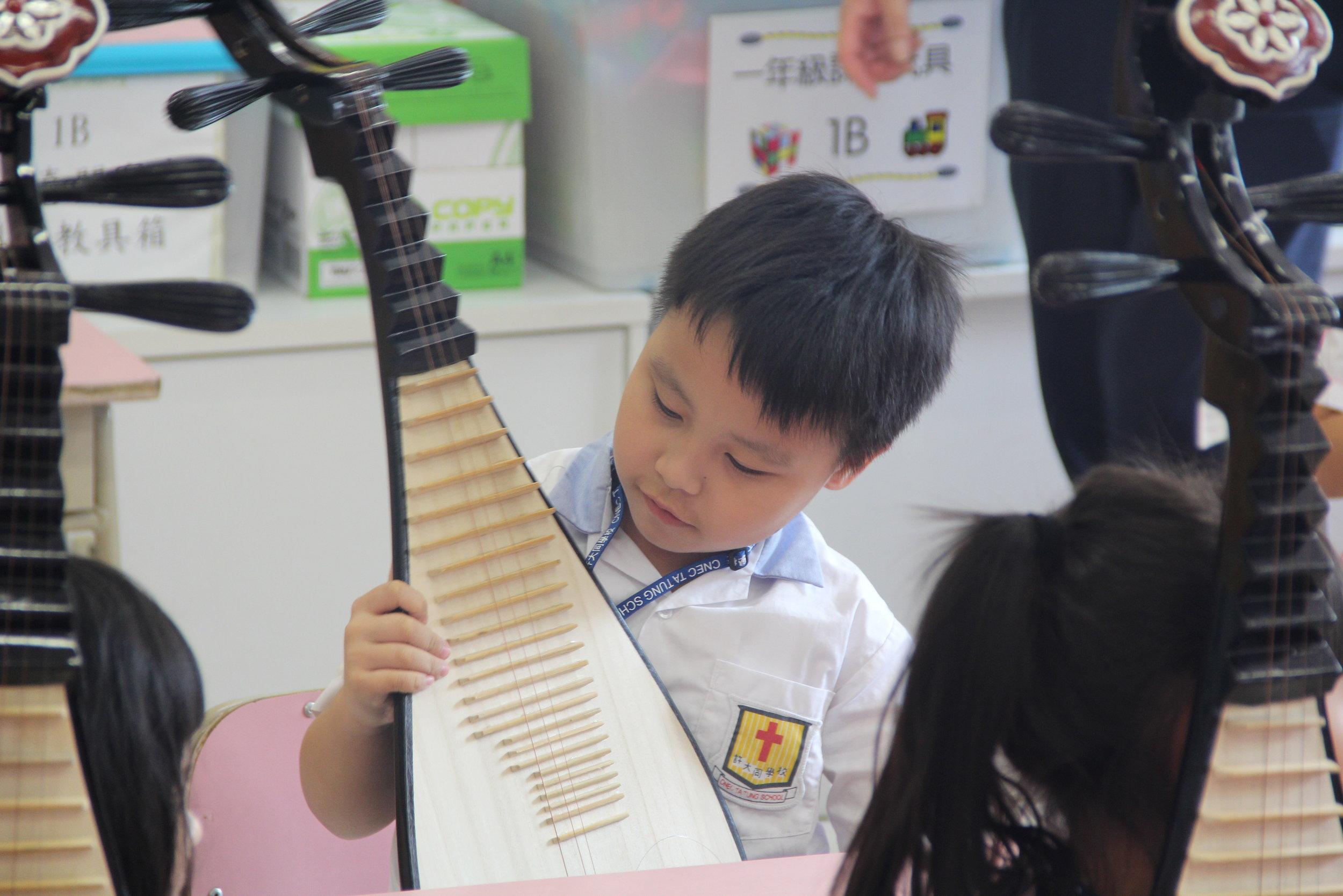 同學享受學習彈琵琶的機會!