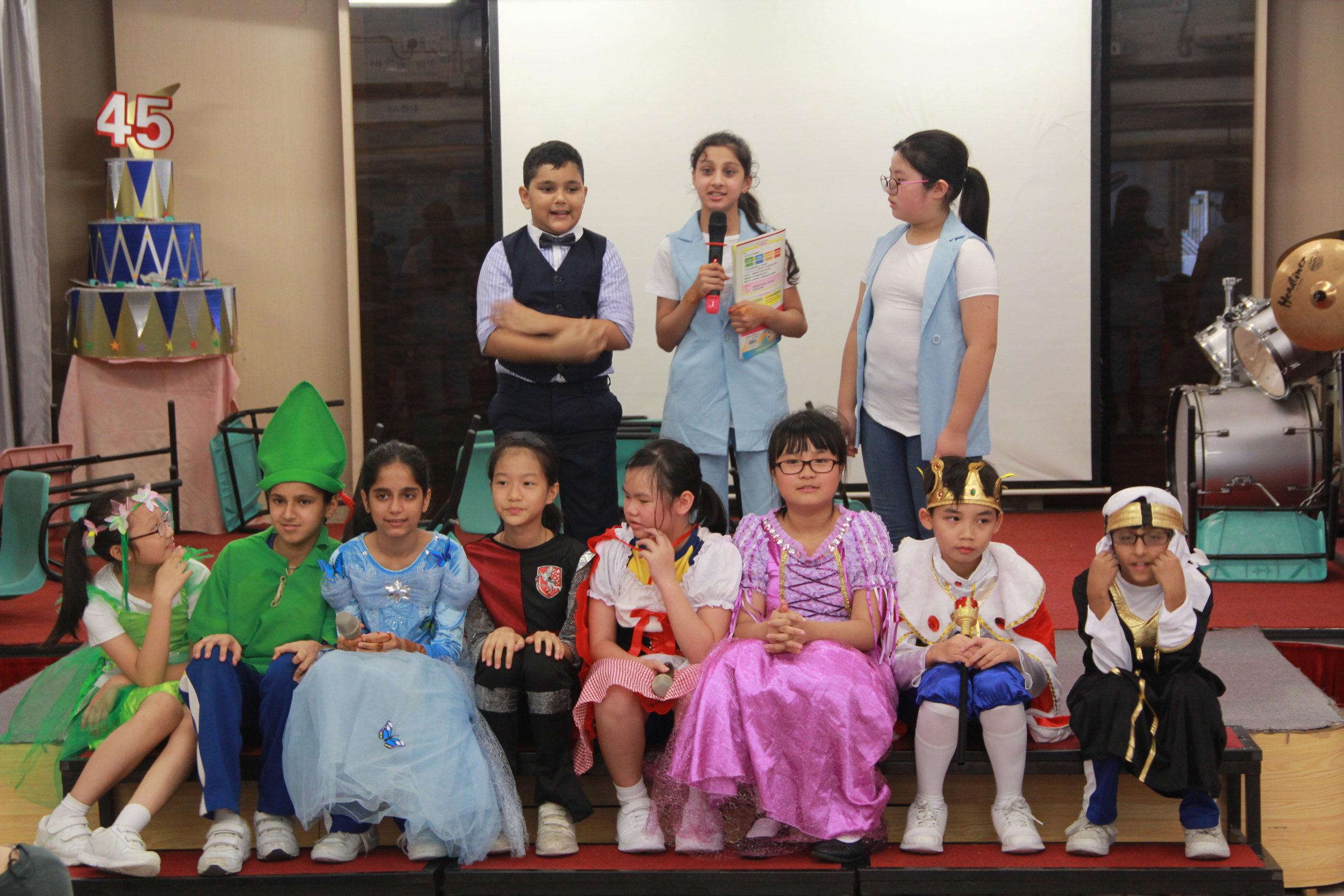 英文話劇的同學正在演出劇目Old School , New School!
