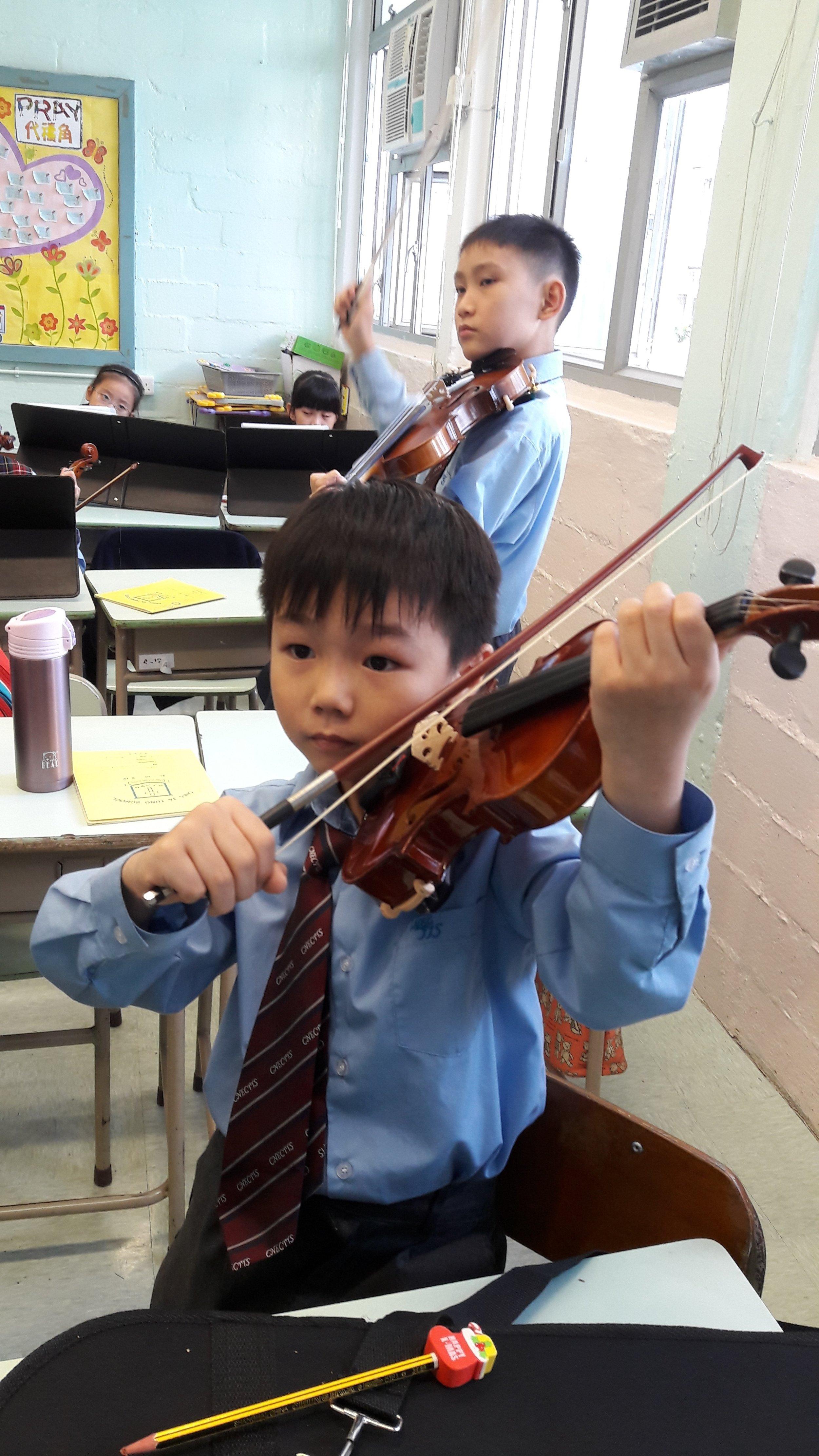 同學認真地拉奏小提琴