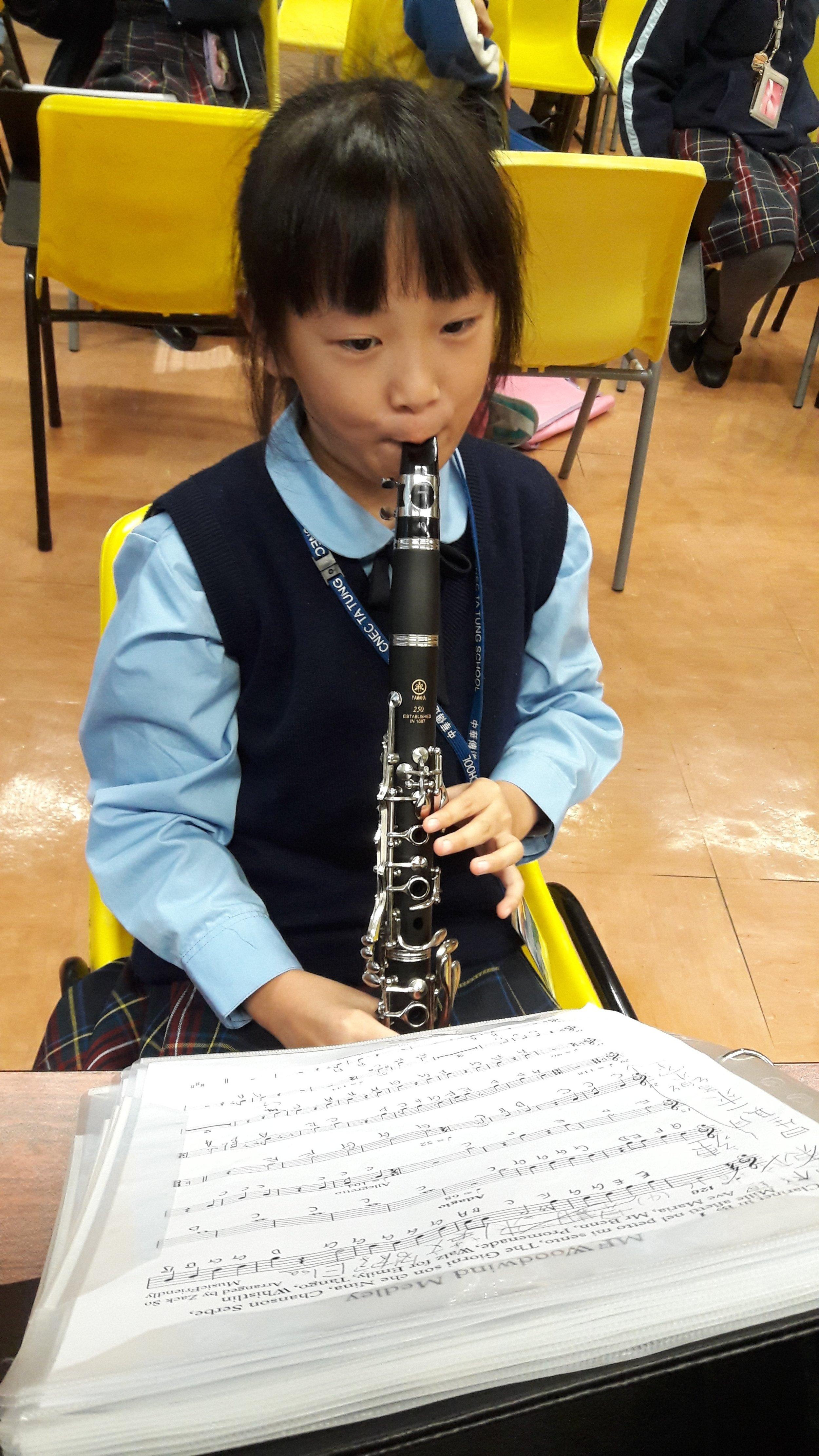 同學認真地吹奏單簧管