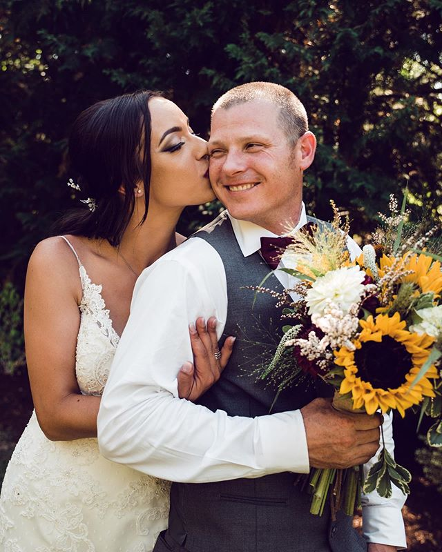 Sunny bouquets and these hot summer days got me like 😍😍 oh Oregon summers I love you. • • • #eugeneweddingphotographer #portlandweddingphotographer #portlandbride #oregonbride #oregonwedding #bendbride #pnwweddingphotographer