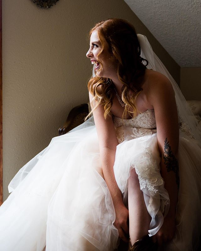 Hey it's Wednesday! The weekend is almost here 😝 I am so stoked for our wedding Saturday. Can it just be here already? But I'll enjoy my editing day in this 100 degree weather. Stay cool my peeps  #eugeneweddingphotographer #portlandwedding #portlandbride #vancoverwedding #vancoverbride #oregonwedding #oregonbride #washingtonwedding #washingtonbride #pnwwedding