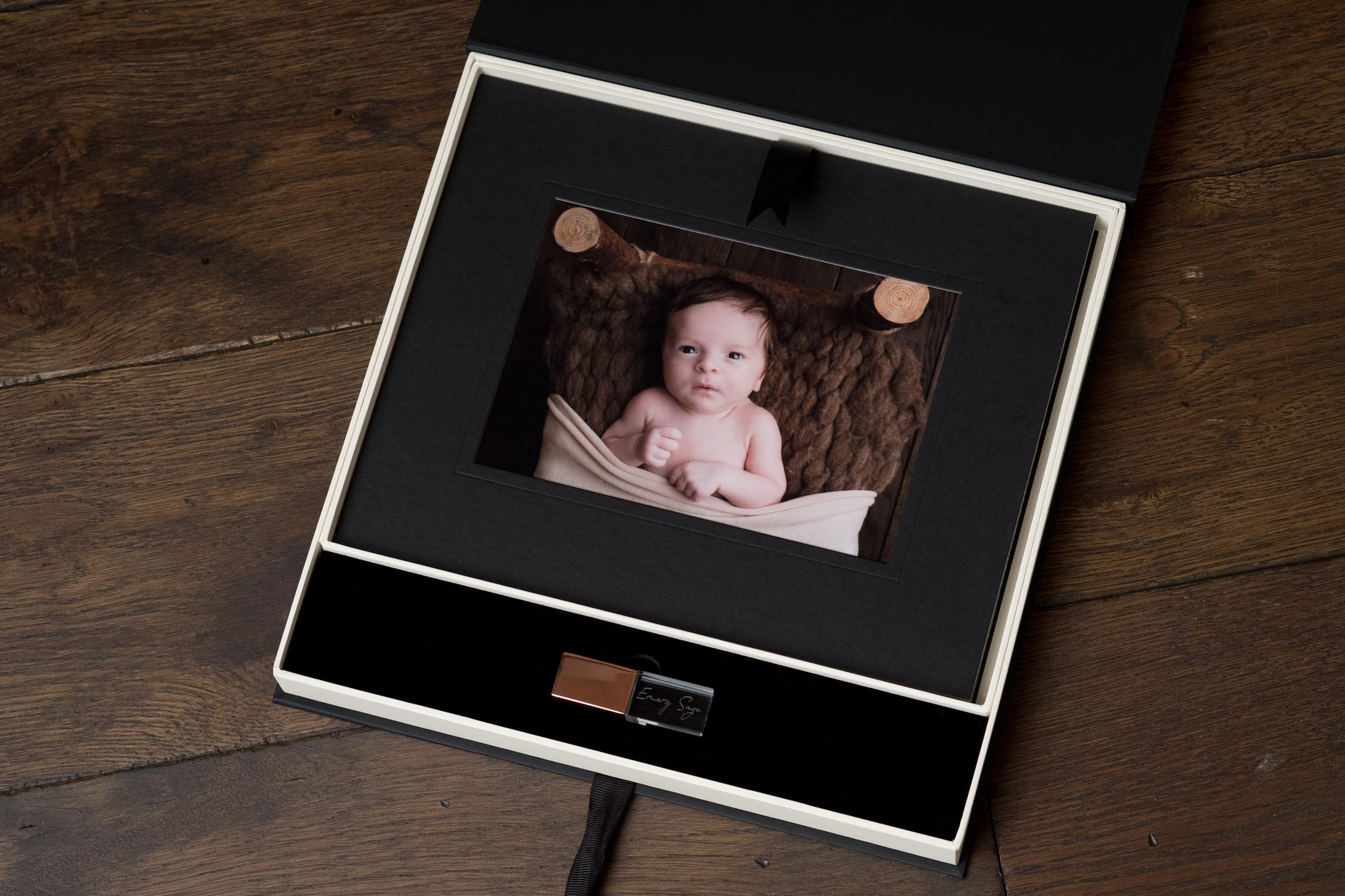 Newborn-Photography-Lincoln-Mounted-Images-in-a-luxury-box-with-crystal-USB-004.jpg