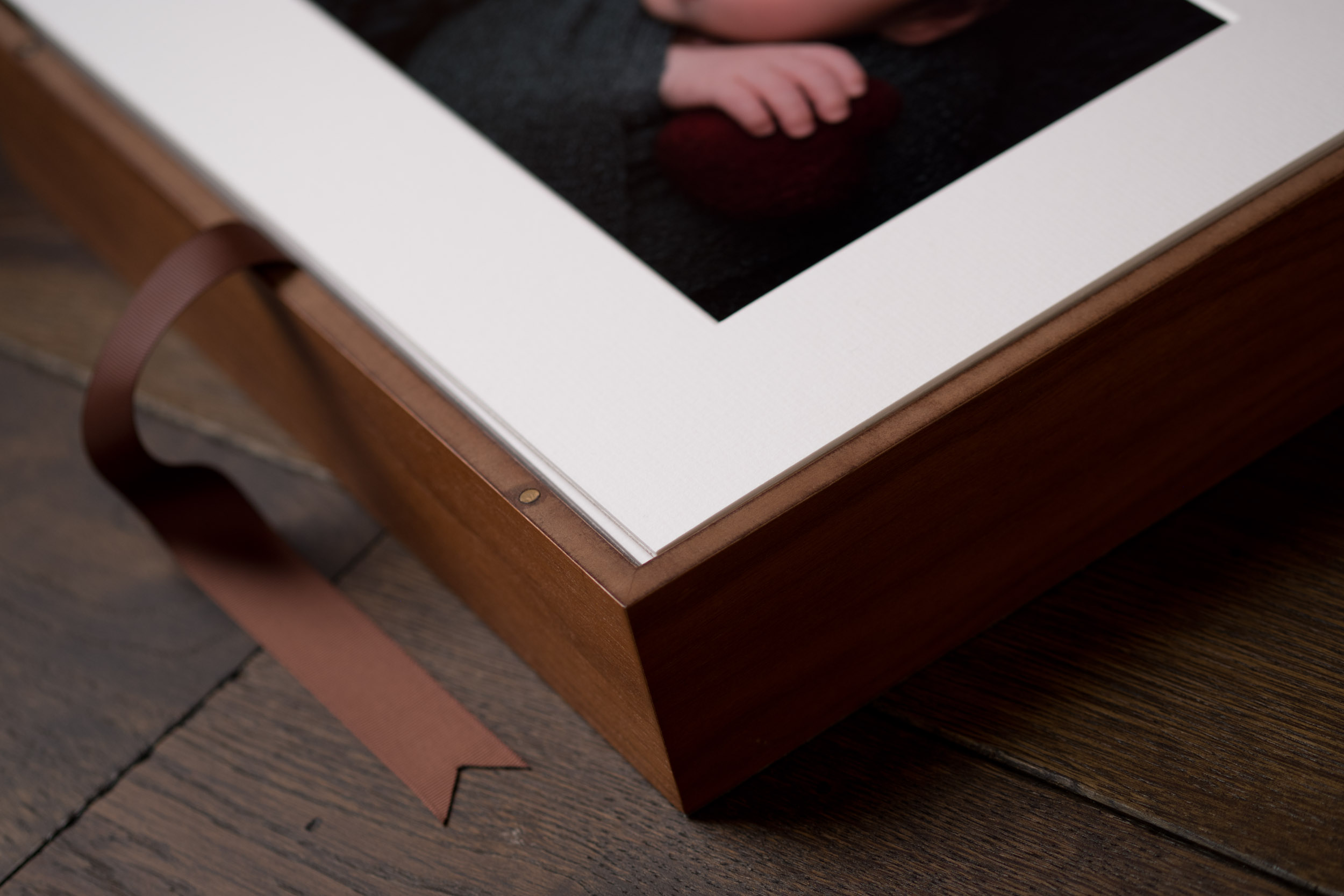 Newborn-Photography-Lincoln-Mounted-images-in-keepsake-hinged-wooden-box-003.jpg