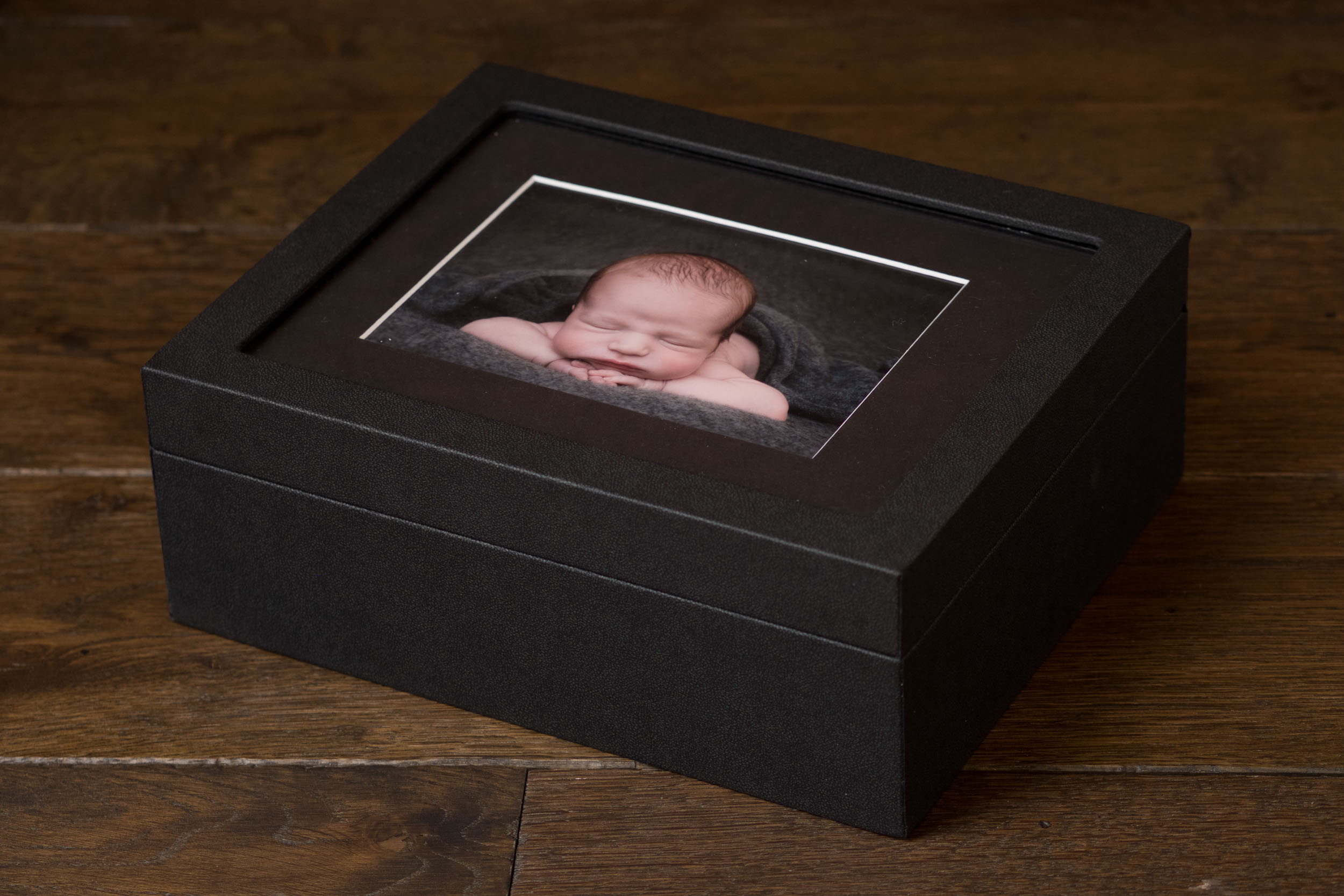 Newborn-Photography-Lincoln-Mounted-images-in-a-luxury-box-with-display-frame-002.jpg