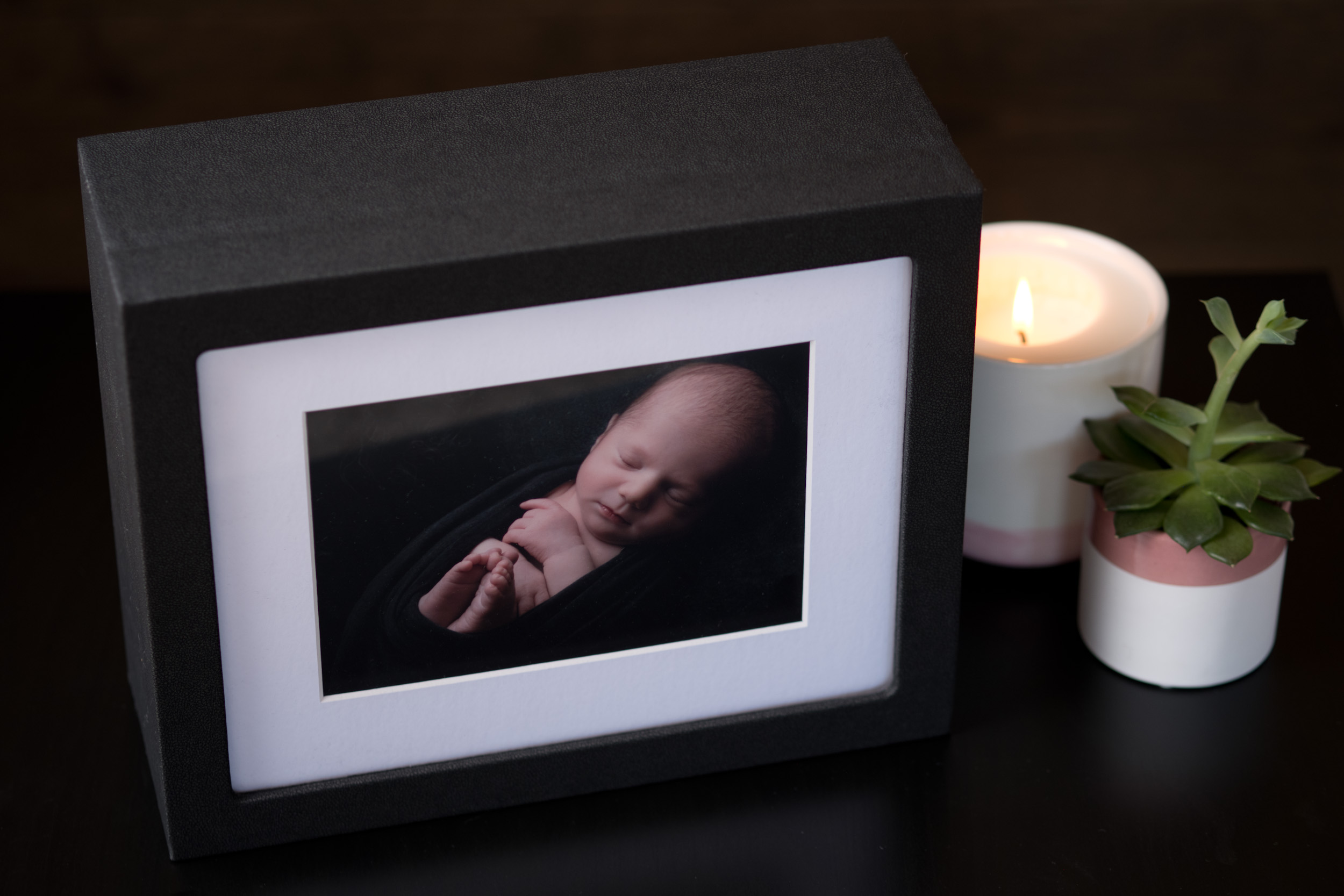 Newborn-Photography-Lincoln-Mounted-images-in-a-luxury-box-with-display-frame-005.jpg