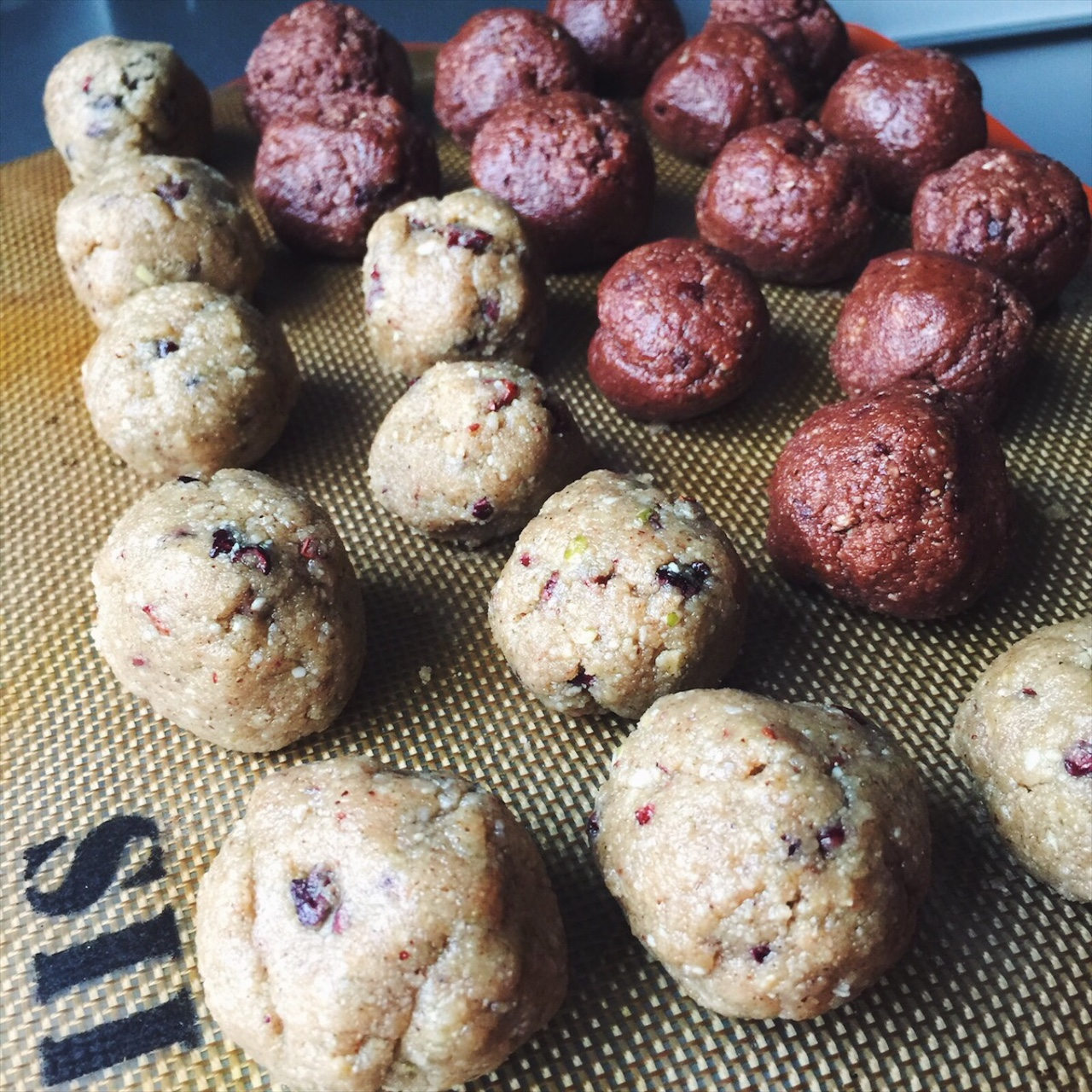 Pre-workout, post-workout, afternoon snack, or breakfast. These balls are so nutricious you can legit have them anytime.