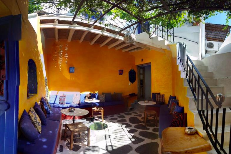 Sativa Music Bar, in Parikia.