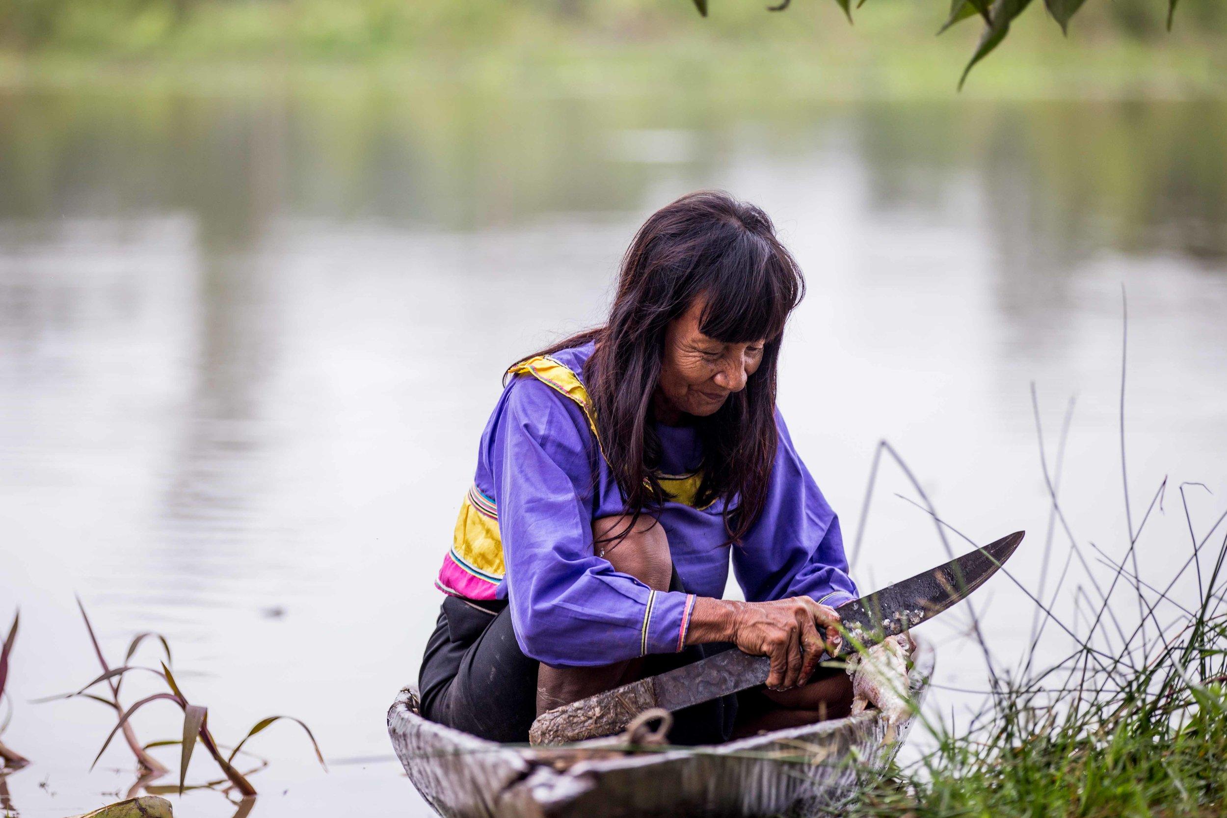 La rutina diaria de Pekon Rabi consiste en preparar el pescado recién capturado en la orilla del río junto a la casa.