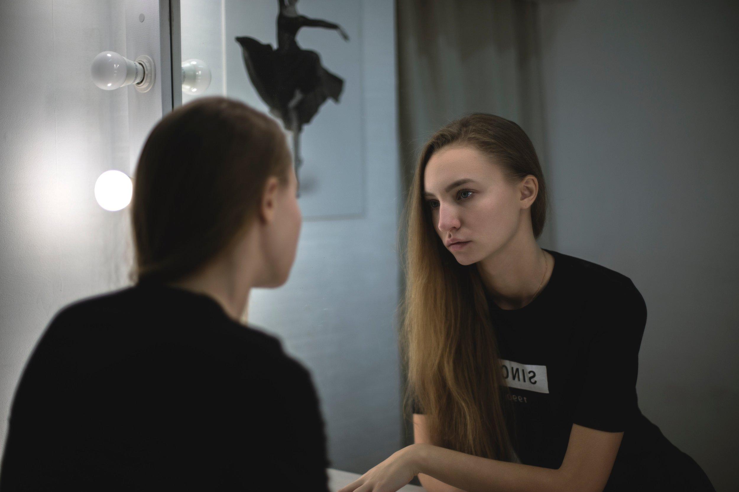 beautiful-girl-mirror-211024.jpg
