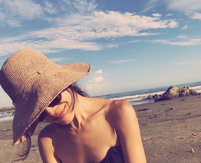 This weather has got us feeling like ~Summer~ is here! ☀️🌺🌻👒💁🏼♀️ We have  @helen_kaminski stocked and ready!  #fashion #hats #nicholshillsplaza #springhats #floppyhat #helenkaminski #beach #tan