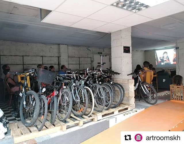 Love this shot from a recent community #afghancycles screening out together by @alisonbaskerville. 🚲 🎥  #Repost @artroomskh with @get_repost ・・・ All the humans and bikes snuggly tucked in for our first screening. What a screening to start with!!!!! @afghancycles ❤️