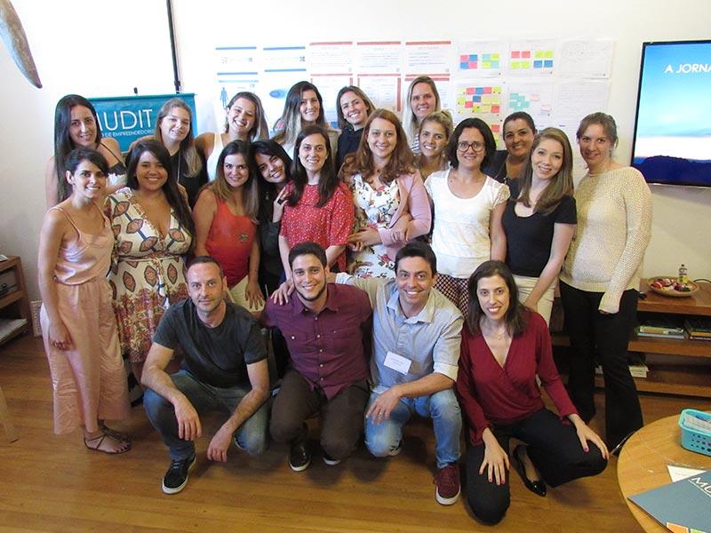 """- """"O empreender não é solitário. Solitário é o empreendedor que continua acreditando que tudo só depende dele! Construa equipes prontas para colaborar, compartilhar e cocriar soluções para o seu negócio.""""— Luana Pace"""