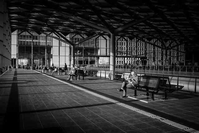 Eerste keer aan de slag met straatfotografie. Het voelde een beetje stiekem. Het feit dat een Nikon SLR vrij groot is werkt niet mee dan. Gewapend met mijn 35mm prime ben ik Den Haag ingelopen, wat een leuke ervaring! Hier zaten de mensen bij Den Haag CS lekker in het zonnetje; allemaal 1 persoon per bank. Een mooi beeld. #straatfotografie #denhaagcs #straatfotograaf #streetphotography #blackandwhite #streetlight #streetstyle #streetphoto_bw #streetshot #trainstation #treinstation #35mm #nikon #d810 #zoomnl