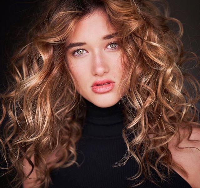 Eye of the Tiger | @georgiastarnes 🎨 by Me . . #curls  #balayagehighlights #bronde #balayage #beachyhair #balayageombre #hairpainting #blonde #blondehair #blondebalayage #blondes #balayagehair #dallascolorist #dallashairstylist #hairstorystudiodallas #thecolorpusher