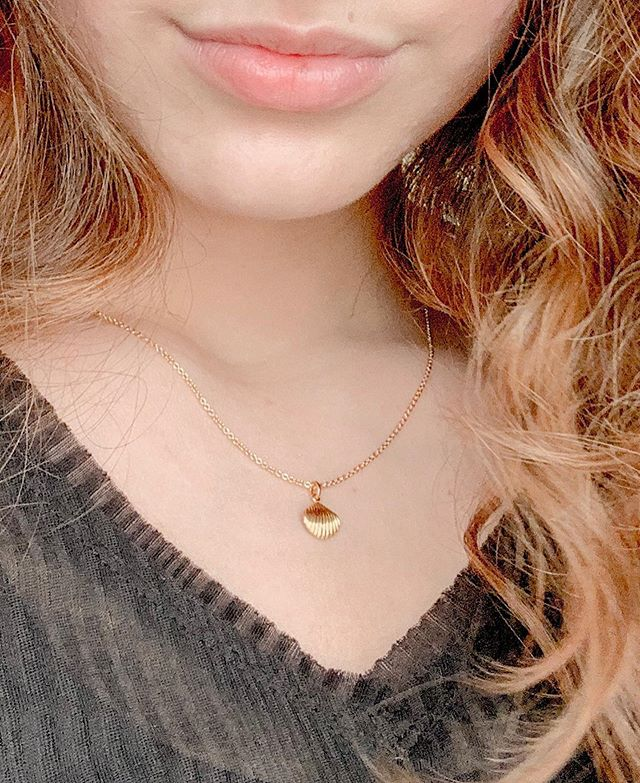 Dainty little gold vermeil clam shell necklace, I never knew I needed. Get ready for the newest @mejuri launch which you can get your hands on tomorrow! + Free shipping on any US + CAN orders through tomorrow. Don't forget you can get 10% off your first order with the link in bio. (I do get some commission from your purchase) #gifted #mejuri #finecrew