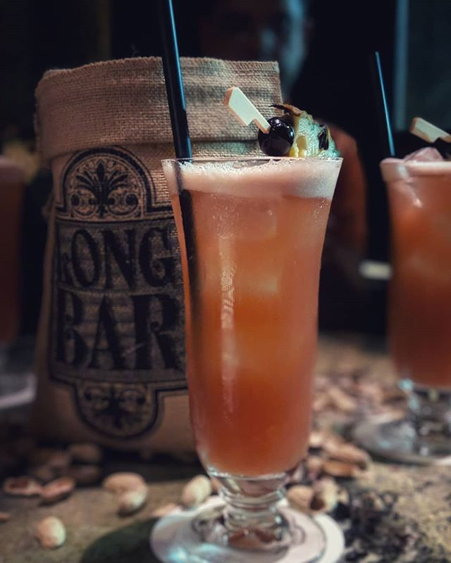 Singapore sling 30-Apr-2019 #thenow #businesstraveller #takingabreak #friends #colleagues #raffleshotel #singaporesling #alcoholicbeverage #duh