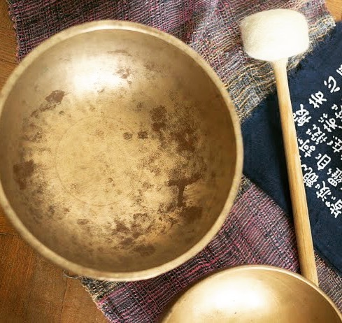 Limited slots still available for @shima_healing 's signature Introduction to Ancient Singing Bowls+ Self-Healing with One Bowl workshop with Amanda Ling, @alignorigins at the beautiful @yogaseeds nestled amidst Bishan Park on 22nd June, 1230pm onwards. Come learn more about singing bowls and how you can apply them in your wellness routine. Link in Bio for more details and registration! #shimahealing #shima_healing #ancientsingingbowls #singingbowls #yogaseeds