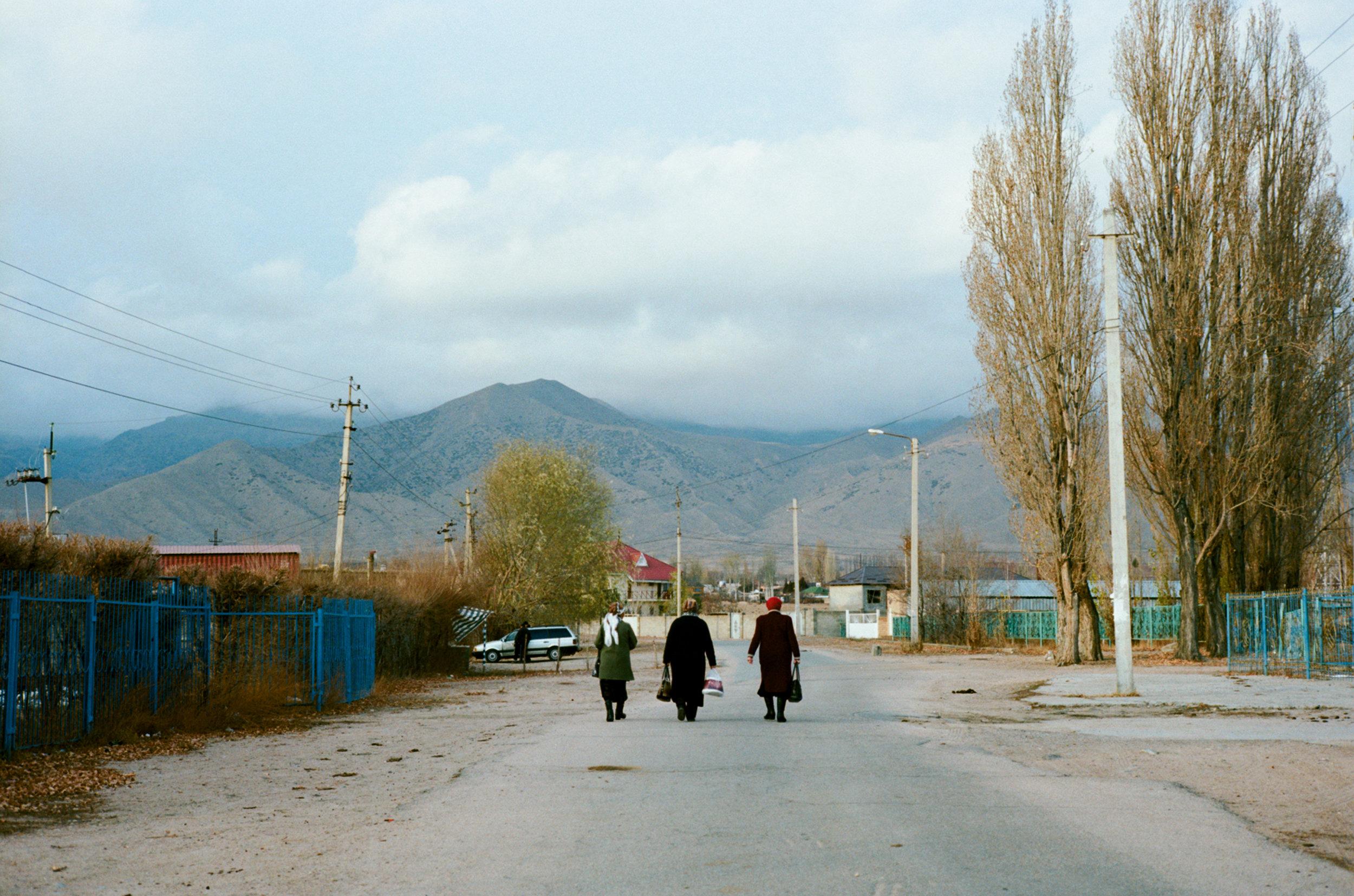 Three women walking around the shores of lake Issyk-Köl at Cholpon-Ata, Kyrgyzstan. December 2017 © Juan Aguirre Fernández-Bravo