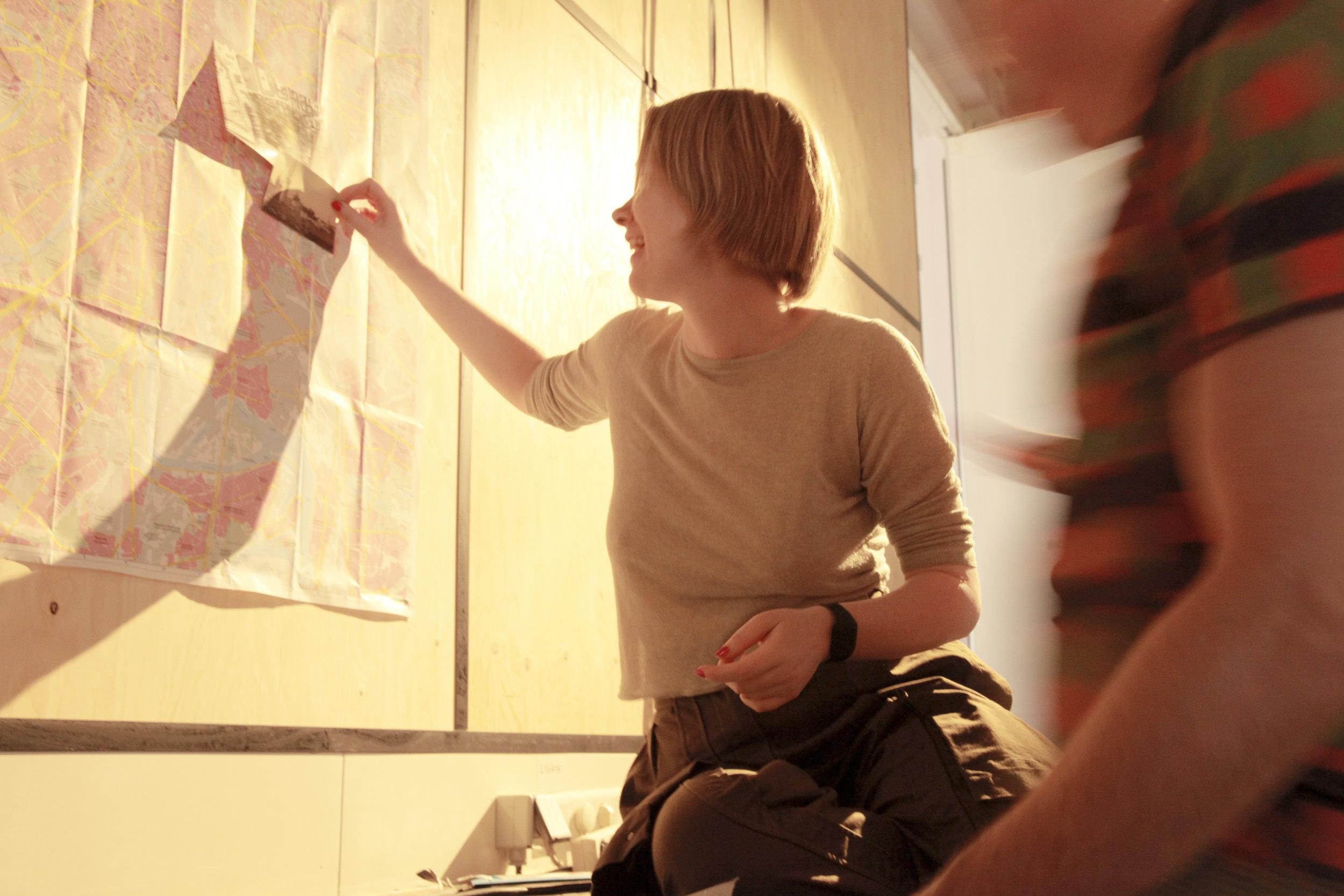 Hanna's preparation of her installation Portaal 1012 during PLOV #2 ARTxFOODxCINEMA, celebrated on 19 June 2018 at Studio/K, Amsterdam © Juan Aguirre Fernández-Bravo