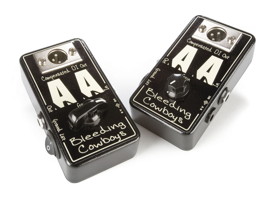 """Bleeding Cowboys AA  Die AA-F Compensated DI-Box leitet den Gitarren-Sound direkt in die PA oder das Recording-Setup. Die Frequenzübertragung wird kompensiert, um einen angenehmen, nach Amp klingenden Sound zu transportieren. Die Klangcharakteristik ist tendenziell einem cleanen Fender 4x10""""-Amp nachempfunden, mit der Klangregelung des Mischpults lassen sich aber Verschiebungen in andere Klangrichtungen leicht durchführen. Der Gain-Regler ermöglicht ein Anpassen an die unterschiedliche Pickups (Singlecoil bzw. Humbucker), eine Verzerrung wird hier NICHT eingestellt. Ein intern liegendes Trim-Poti bestimmt den grundsätzlichen Verstärkungsfaktor. Es muss so voreingestellt werden, dass auch bei heißen Humbuckern ein Clean-Sound möglich ist. Ab Werk ist ein praxistauglicher Wert voreingestellt, bei extrem lauten oder leisen Pickups empfiehlt sich eine Nachjustierung. Ein zusätzlicher Klinkenausgang ermöglicht ein Durchschleifen des Signals an einen Gitarrenverstärker. Dieser Ausgang ist, im Gegensatz zu dem symmetrierten, erdfreien XLR-Ausgang, nicht frequenzkorrigiert. Das Bleeding Cowboys AA Pedal ist ein professionell nutzbares Audio-und Recording-Tool und der perfekte Ersatz-Amp, den man immer im Gigbag bei sich führen kann. Einfach das Pedalboard vor die AA-Box und das Signal direkt ins Pult leiten! ACHTUNG: Die Bleeding Cowboys AA-F DI-Box kann NICHT zwischen Amp und Lautsprecher verkabelt werden, sondern nur direkt VOR ein Mischpult, Interface, Stagebox etc., bei Bedarf NACH anderen Effekten."""