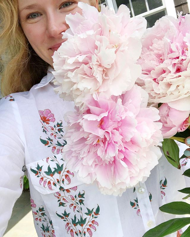Peonies and block print, two of my faves! @robertarollerrabbit . . . . . #ashleyabbottevents #events #eventplanner #eventdesign #eventstyling #eventdecor #garden #hamptons #summer #flowers #peonies #blockprint #robertarollerrabbit