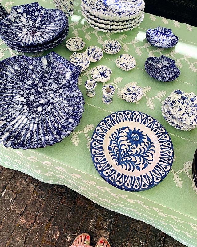 Saturday pop-up tableware beauty w/ some of my favorite splatterware ceramics! 🍽 @carolinairvingtextiles 🎨 @carolinairving . . . . . #ashleyabbottevents #events #eventplanner #eventdesign #eventstyling #eventdecor #hamptons #summer #weddingideas #splatterware #ceramics #blueandwhite #easthampton #tabledecor #tabletop #handpainted