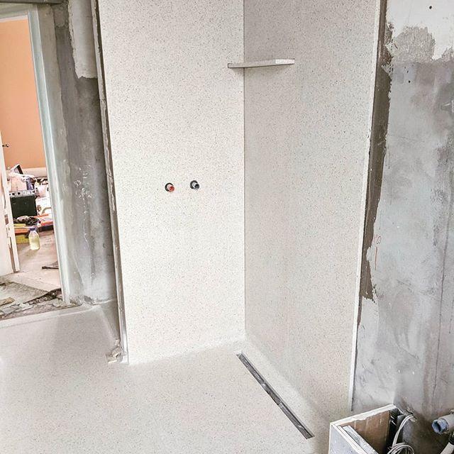 Næsten færdigt. Terrazzogulv i badeværelse, sammenstøbt med store vægfliser i samme terrazzo. Silikone fuger og unidrain mangler. #terrazzo #terrazzogulv #unidrain