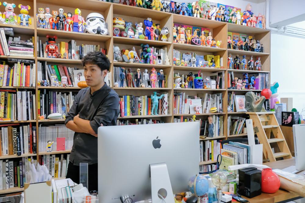 Lio 的工作室裡有一排書櫃,令筆者不得不相信他是個research base的藝術家。