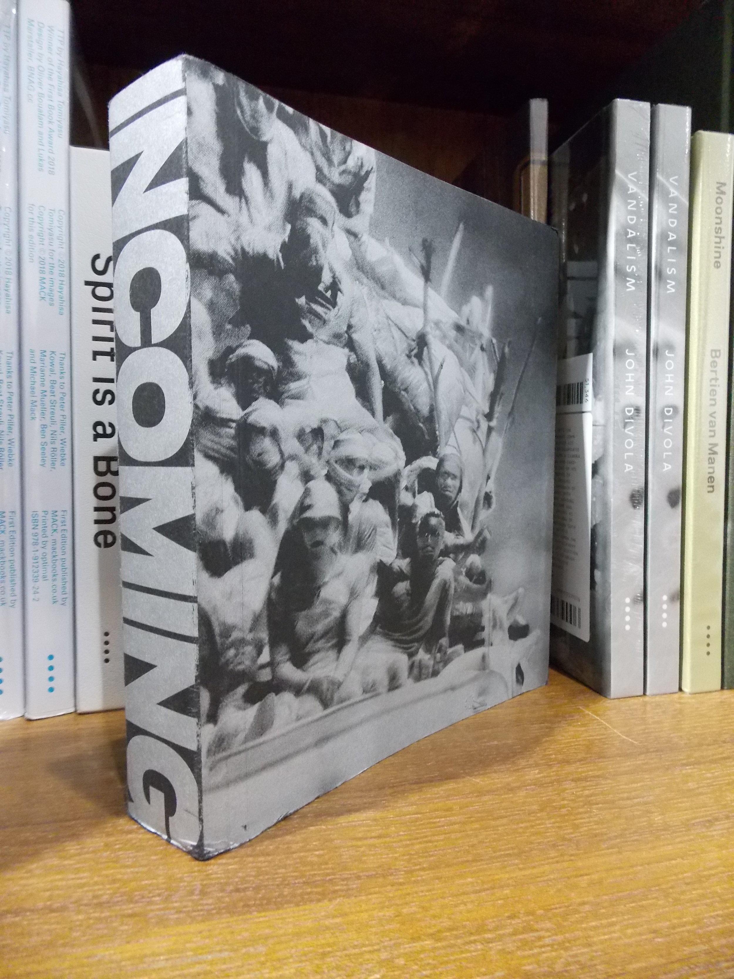 愛爾蘭攝影師 Richard Mosse創作的作品《Incoming》,這本書的規模和創作野心都很有意思,但是在台灣就賣不好。