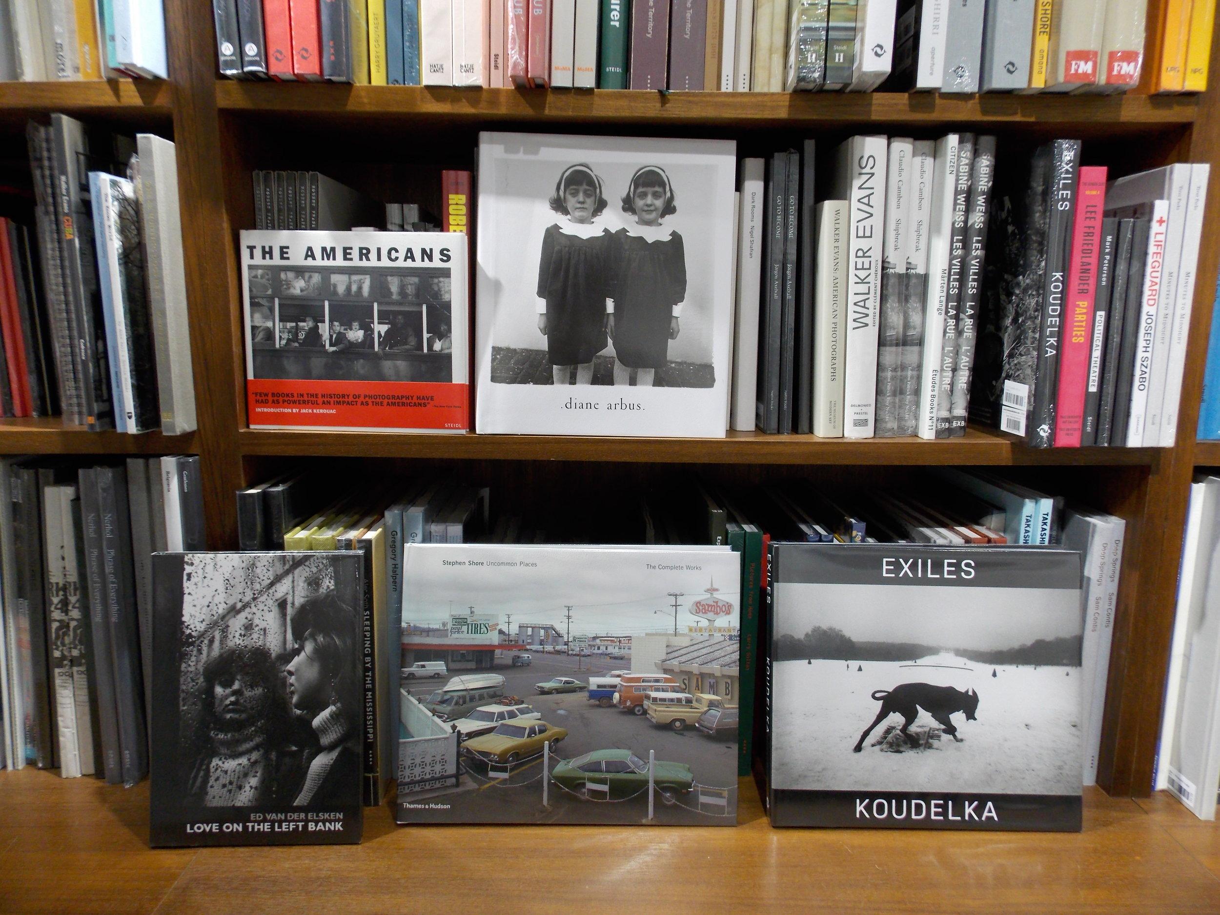 鶴騰特別推薦的攝影書籍。Robert Frank 《The Americans》,Diane Arbus 《An Aperture Monograph》,Ed van der Elsken 《Love On the Left Bank》,Steven Shore《Uncommon Places: The Complete Works》及Josef Koudelka《Exiles》