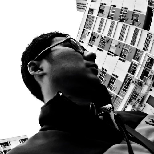 WILLIAM LEUNG - 梁瑋鑫 - William Leung,在80年代的沙田新市鎮渡過童年,從此愛上了公共屋邨的建築秩序。在90年代的中學生涯開始探索陌生的屋邨,成為了游走於二百多條新舊屋邨之間的忠實公屋迷。在00年代乘著數碼攝影潮流,建立了「香港公共屋邨圖片集」網誌平台。年年月月,從一格階磚到一幅牆壁,從「小」人物到「大」屋邨, 以影像紀錄尋常屋邨中獨有的人文風景點滴。Facebook:香港公共屋邨圖片集 Hong Kong Estate GalleryInstagram : @william_leung_hk