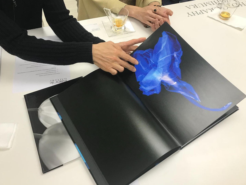 陽一郎介紹《Blue Flower》攝影書。