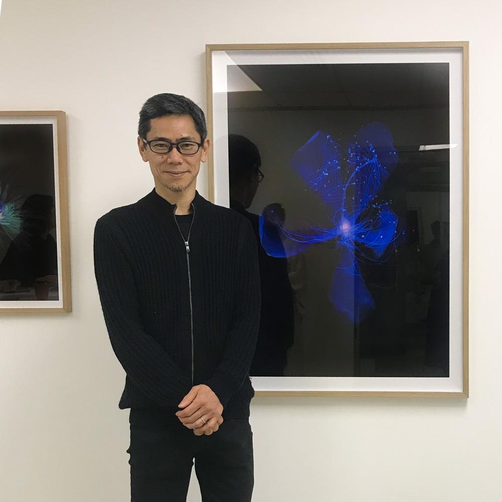 西村陽一郎Yoichiro Nishimura - 1967年出生於東京, 在Bigakko完成攝影課程。 畢業後曾任攝影助理,其後於1990年成為自由攝影師。他投入探索以無相機攝影作創作媒體,特別是Photogram和Scangram。Website:https://www.yoichironishimura.com